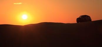 Jeep de coucher du soleil de dune Image libre de droits
