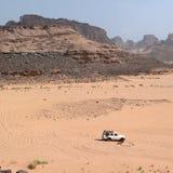 Jeep de touristes conduisant dans le désert Images stock