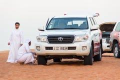 Jeep in de woestijn Stock Afbeeldingen