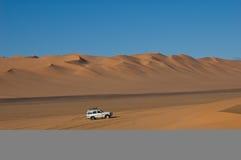Jeep in de woestijn de Sahara Stock Foto's