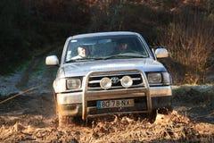 Jeep, der auf Rennen des Abenteuers 4X4 teilnimmt Stockfotografie