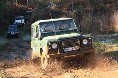 Jeep, der auf Rennen des Abenteuers 4X4 teilnimmt Lizenzfreie Stockfotografie