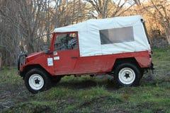 Jeep, der auf Rennen des Abenteuers 4X4 teilnimmt Stockfotos