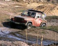 Jeep in der Schlammstraße Stockfotos