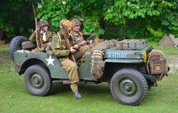Jeep des Weltkrieg-2 mit den Männern gekleidet als amerikanische Soldaten des Weltkrieg-2 Stockfotografie