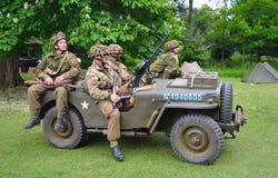 Jeep des Weltkrieg-2 mit den Männern gekleidet als amerikanische Soldaten des Weltkrieg-2 Lizenzfreies Stockbild