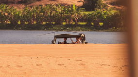 Jeep Does Sand Drag Racing en dunes de sable blanches banque de vidéos