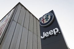 Jeep en Alfa Romeo-autoembleem op het handel drijven die op 20 Januari, 2017 in Praag, Tsjechische republiek voortbouwen Royalty-vrije Stock Foto