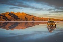 Jeep en desierto Imagen de archivo libre de regalías