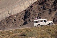 Jeep en el camino Fotos de archivo libres de regalías
