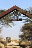 Jeep en la entrada del parque nacional Tanzania de Serengeti Imagenes de archivo