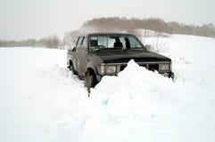 Jeep en nieve acumulada por la ventisca Imágenes de archivo libres de regalías