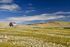 Jeep en paisaje tibetano Foto de archivo libre de regalías