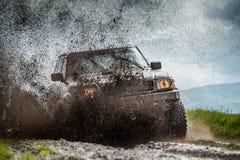 Jeep i gyttja arkivfoto