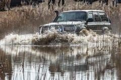 Jeep im Wasser Lizenzfreie Stockfotografie
