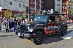 Jeep móvil del radar del NBC durante 117o Dragon Parade de oro Foto de archivo