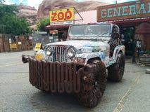 Jeep met nummerplaten wordt en van metaalhulpmiddelen wordt gemaakt behandeld die in parkeerterrein dat royalty-vrije stock fotografie