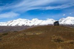 Jeep nei paesaggi delle montagne, Repubblica di Altai Fotografia Stock
