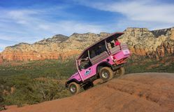 Jeep Off Road Terrain Vehicle cor-de-rosa perto de Sedona o Arizona fotografia de stock
