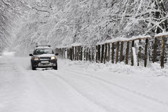 Jeep op de winterweg Stock Foto's