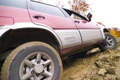 Jeep op modderweg Royalty-vrije Stock Foto