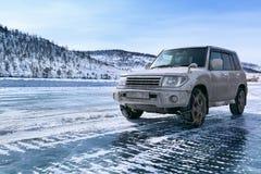 Jeep på isen fotografering för bildbyråer