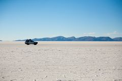 Jeep på Salar de Uyuni, Bolivia arkivbilder