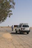 Jeep på vägen i den Sahara öknen fotografering för bildbyråer