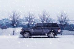Jeep på vintervägen Arkivbild