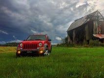 Jeep par la grange photographie stock libre de droits