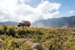Jeep para el alquiler turístico en el soporte Bromo Imagen de archivo libre de regalías