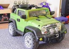 Jeep recargable hermoso grande del coche de los niños el pasillo fotografía de archivo
