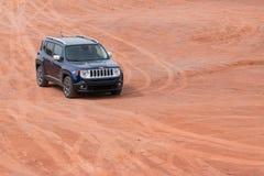 Jeep Renegade en la tierra abandonada del valle del monumento Fotografía de archivo libre de regalías