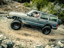 Jeep Rock Crawling alaranjado imagens de stock