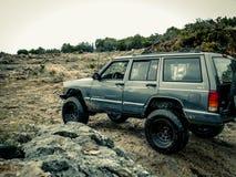 Jeep Rock Crawling alaranjado fotos de stock royalty free