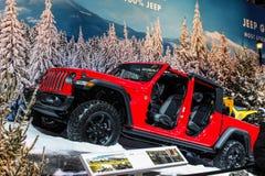 Jeep rojo con las puertas de la exhibición en un salón del automóvil fotos de archivo