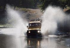 Jeep-Safari durch Fluss Lizenzfreie Stockfotografie
