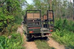 Jeep Safari - utfärd i den Chitwan nationalparken Arkivbilder