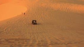 Jeep Sand Drag Racing en dunes de sable blanches illimitées banque de vidéos