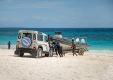 Jeep som drar yachten till kusten, Afrika Royaltyfri Foto