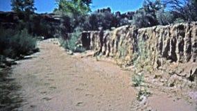 1971 : Jeep soufflant par les sables mouvants dans le marais de crique de sel clips vidéos