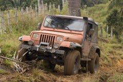 Jeep sucio en la competición Imagen de archivo libre de regalías