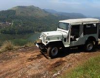 Jeep sulla parte superiore della montagna. Fotografia Stock