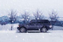 Jeep sur la route de l'hiver Photographie stock