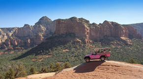 Jeep Tour cor-de-rosa em fuga quebrada da seta Imagens de Stock