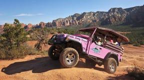 Jeep Tour rosado en rastro quebrado de la flecha Foto de archivo