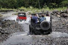 Jeep tur?stico en el viaje de la lava del merapi, Yogyakarta, Indonesia imagenes de archivo