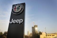 Jeep- und Alfa Romeo-Autologo auf der Verkaufsstelle, die am 20. Januar 2017 in Prag, Tschechische Republik errichtet Lizenzfreie Stockfotografie