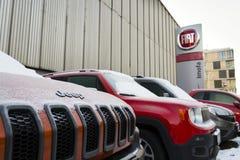 Jeep- und Fiats-Konzerngesellschaftslogo auf der tschechischen Verkaufsstelle, die am 20. Januar 2017 in Prag, Tschechische Repub Stockfoto