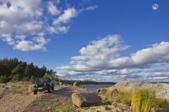 Jeep Wrangler auf der Küste des Finnischen Meerbusens, karelischer Isthmus, Russland Lizenzfreies Stockbild